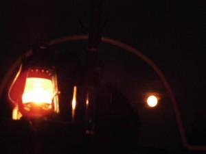 Links Sturmlampe, rechts Mond. Bei Nacht Fotografieren muss ich noch üben...
